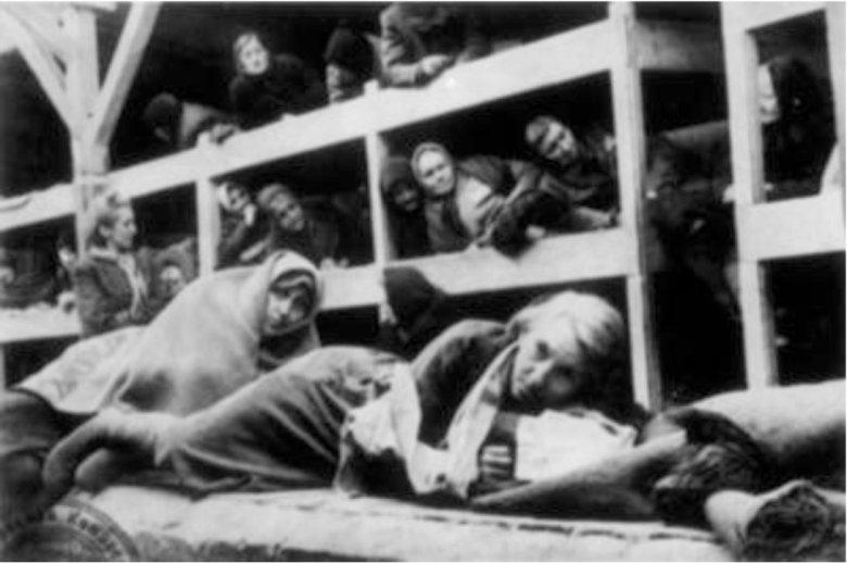 KL Auschwitz-Birkenau – więźniarki wewnątrz baraku; 1945 r.