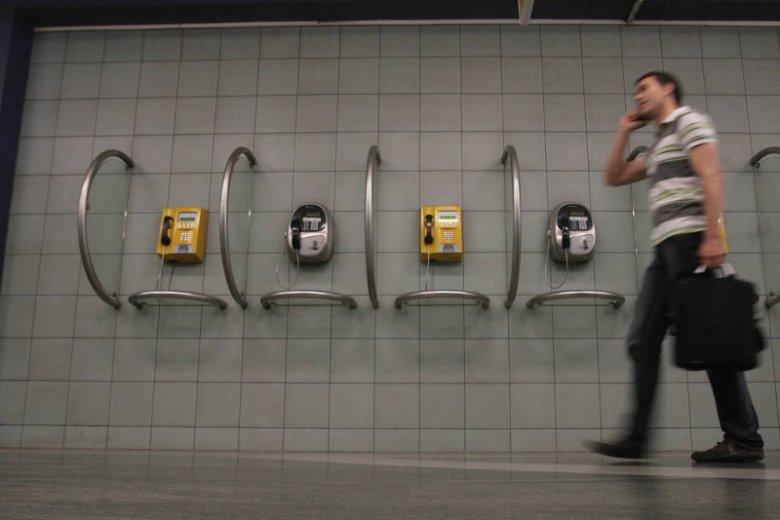 W przyszłym roku mają być zlikwidowane wszystkie budki telefoniczne w całym kraju. To zdjęcie zrobiono w 2009 roku na stacji Metra Świętokrzyska w Warszawie