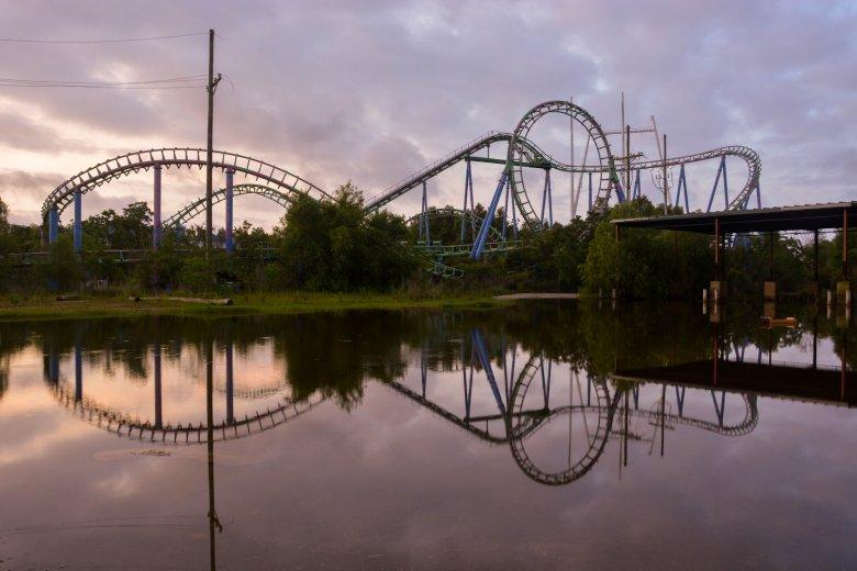 Widok na park Six Flags po przejściu Katriny