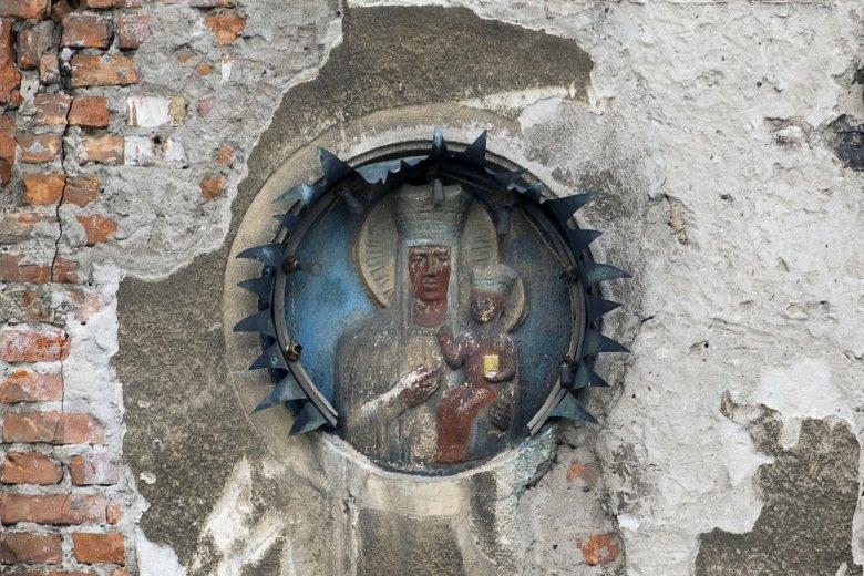 Mimo upływu czasu, do dziś widać intensywną kolorystykę kapliczki. Są też żarówki, choć od dawna nie świecą.
