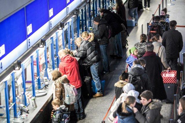 Kasy biletowe na Dworcu Centralnym są oblężone przez większą część dnia. W przeciwieństwie do biletomatów.