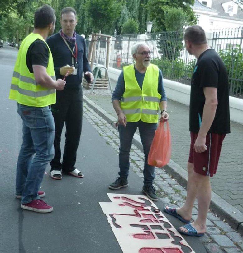 Strój mężczyzn, którzy wybiegli z polskiej ambasady w Berlinie zwracał uwagę