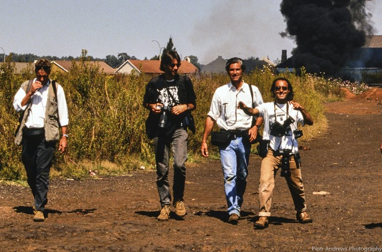 Ken Oosterbroek (drugi od lewej) James Nachtway oraz Joao Silva podczas zdjęć w Takozie w dniu śmierci Kena Oosterbroeka.