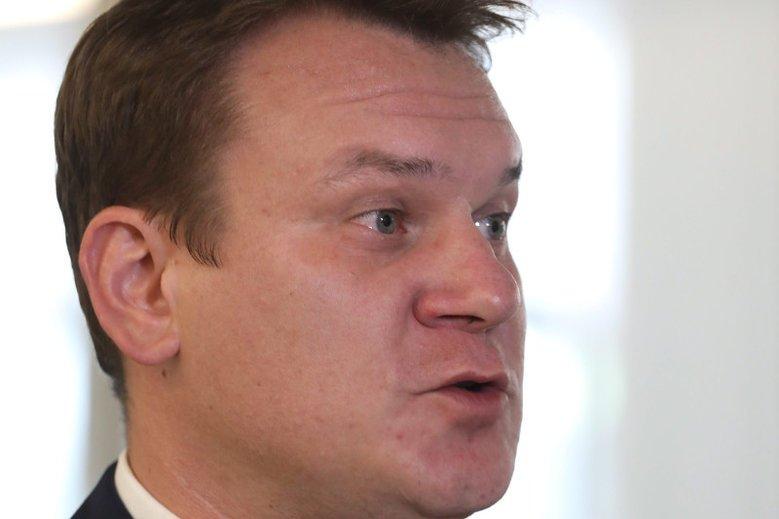 Poseł Dominik Tarczyński (PiS) wstawił się za muzykami oskarżonymi o zgwałcenie kobiety. Obrońca jednego z nich twierdzi, że to właśnie dzięki wstawiennictwu polityka sąd zwolnił ich z aresztu.