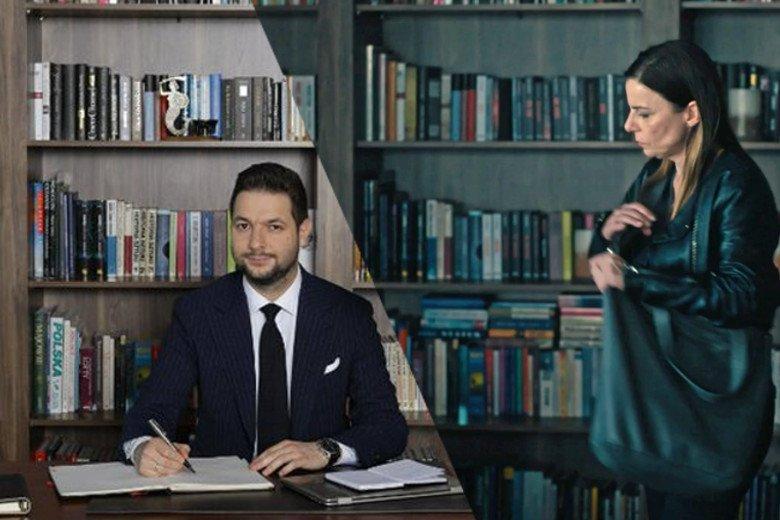 """Patryk Jaki na tle biblioteczki, która była także tłem serialu """"Pułapka""""."""