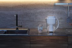 Dzbanek filtrujący J.SHMIDT 500 to inteligentny system przeznaczony do zaawansowanej filtracji wody pitnej