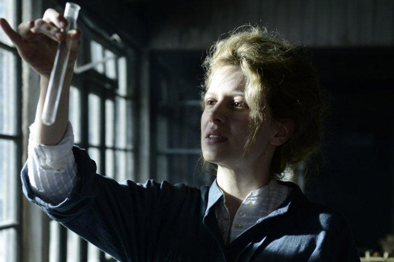Karolina Gruszka jako Maria Skłodowska-Curie.