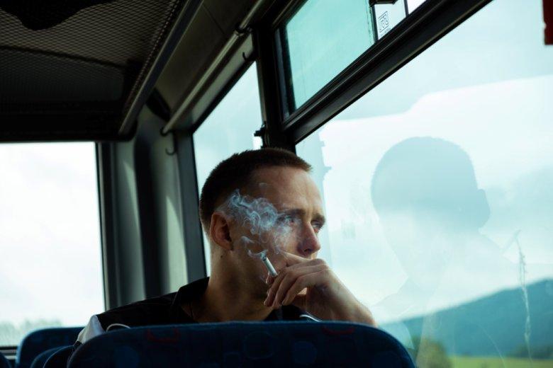 Zarówno filmowy, jak i prawdziwy/fałszywy ksiądz lubili popalać papierosy