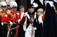 Epidemia koronawirusa dotarła już do Wielkiej Brytanii. Ze względu na wirusa SARS-CoV-2 królowa Elżbieta II naruszyła obowiązujące zwyczaje i podczas oficjalnej ceremonii i... zakryła dłonie rękawiczkami.