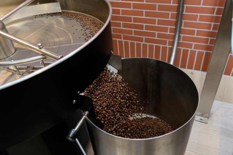Kawa świeżo wypalona nadaje się do zmielenia.