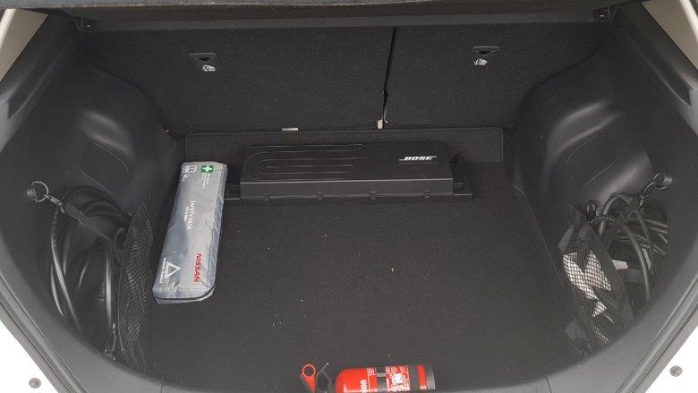 Na burtach bagażnika są schowki na kable do ładowania samochodu.