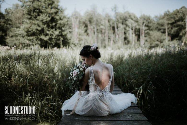 Delikatne zdjęcia w stylu boho to popularny trend w fotografii ślubnej