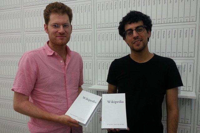 Michael Mandiberg (z lewej), jego asystent Jonathan Kiritharan oraz wydrukowana Wikipedia