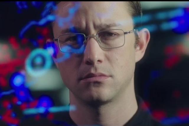 Joseph Gordon Levitt jako Edward Snowden.