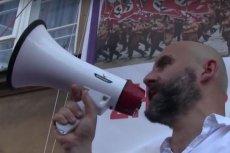 """Baner Obywateli RP """"Warszawa zhańbiona"""", który zawiera poza tym hasłem dwa zdjęcia: pochodu faszystów z 1933 i ONR-owców sprzed kilku lat."""