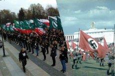 Młodzież stojąca ze sztandarami w ręku w równych szeregach. W Białymstoku po lewej, w Norymberdze po prawej. Historia kołem się toczy...