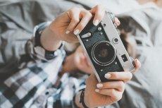 Małe analogowe aparaty nie wymagające znajomości zasad fotografii okazują się być świetną rozrywką dla nieco większych dzieci.