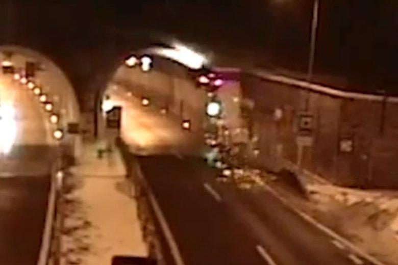 44-letni Słowak postanowił sprawdzić własności lotne swojego BMW. Po przeleceniu kilkunastu metrów auto uderzyło w strop tunelu i spadło.