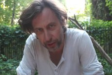 Szymon Majewski wstawia się za Januszem Weissem i krytykuje decyzję o jego zwolnieniu.