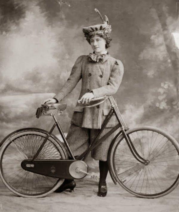 Nieliczne kobiety korzystały z rowerów, było to jednak zawsze widowiskiem.