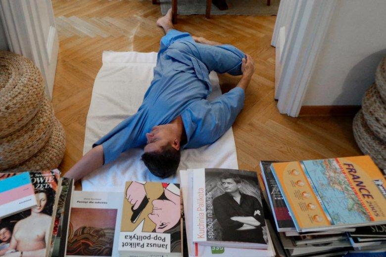 Janusz Palikot ćwiczy jogę w warszawskim mieszkaniu
