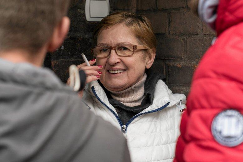 Matka Tomasza Komendy, Teresa oczekiwała na syna z resztą rodziny.
