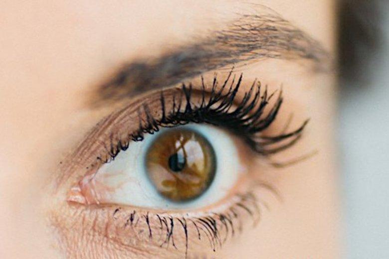 Nieumiejętne zagęszczanie i przedłużanie rzęs może skończyć się chorobą oka. Może lepiej pozostać przy dobrym tuszu do rzęs...