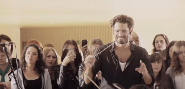 Radzimir Dębski (twórca remiksu na płycie Beyonce) w Filharmonii Szczecińskiej to jeden z symboli wielkiej przemiany polskich instytucji kultury wysokiej. To co wczoraj było nudne, dziś jest świeże, ciekawe i modne.