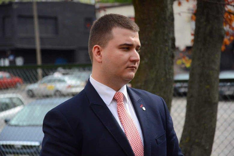 Poseł Nowoczesnej Piotr Misiło podejrzewał, że Bartłomiej Misiewicz mógł płacić służbową kartą za narkotyki. BYły rzecznik MON zapowiedział pozew