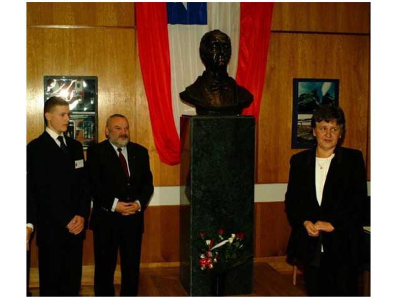 Odsłonięcie popiersia Ignacego Domeyki na AGH w 2003 roku. Obok mnie stoi prawnuk Domeyki, Marcin Jabłoński, a przemawia w imieniu rodziny Pani Barbara Gabor-Domeyko.