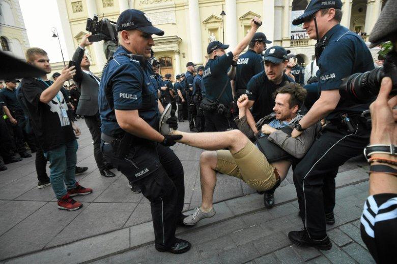 Tak policja usuwała demonstrantów z Krakowskiego Przedmieścia
