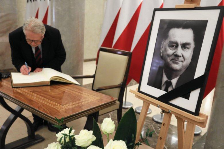 Księga kondolencyjna wyłożona w Kancelarii Premiera po śmierci Jana Olszewskiego.