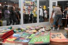 Rynek używanych podręczników zawsze kwitł, ale w tym roku – i przez najbliższe cztery lata – ósmoklasiści nie będą mogli z niego skorzystać. Rodzice liczą koszty zakupu nowych książek. Zdjęcie ilustracyjne – jeszcze z czasów gimnazjum.
