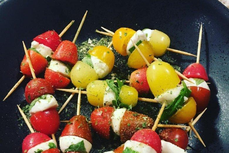 Mozarella i pomidorki to świetny pomysł na przekąskę