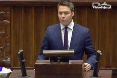 Poseł PiS Łukasz Rzepecki podczas punktowania ustawy o opłacie drogowej w paliwie. Karą jest odsunięcie ze stanowiska w sejmowej komisji.