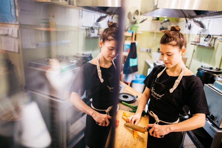 Gabriela Frankiewicz z Organitheki przygotowuje pasty warzywne.