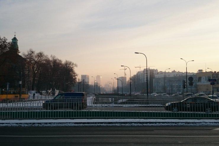 Widok na centrum w poniedziałek rano z warszawskiej Woli. To nie mgła, to smog