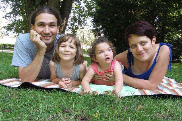 Zuzia z rodziną na wakacjach w Polanicy. Od lewej tata Marcin, brat Jaś, Zuzia i mama Marta