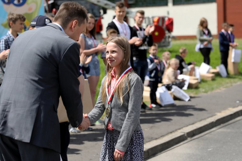 Antonina  Martuszewska, uczennica  Szkoły Podstawowej nr 11 w Elblągu, która uratowała życie swoim bliskim, odbiera z rąk ówczesnego Ministra Spraw Wewnętrznych i Administracji medal Młody Bohater