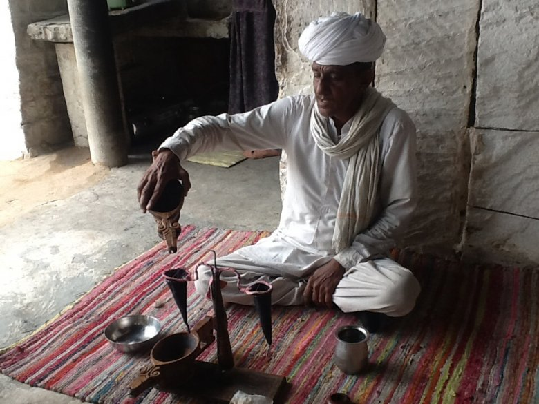 Wioska plemienia Bishnoi - filtrowanie opium