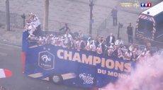 Paryż szaleje po przylocie francuskich piłkarzy z Rosji, gdzie zwyciężyli w piłkarskich mistrzostwach świata.