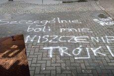 """Ktoś zamalował napis przed siedzibą """"Trójki"""" na Myśliwieckiej."""
