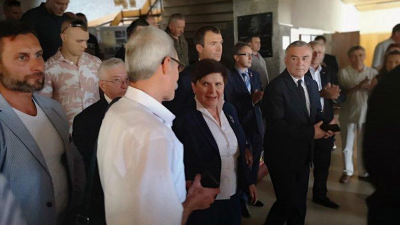 """Beata Szydło odwiedziła w sobotę Skarżysko-Kamienną. Wizyta okazała się dla niej owocna i bardzo spokojna.  Cała """"walka"""" rozegrała się przed spotkaniem."""