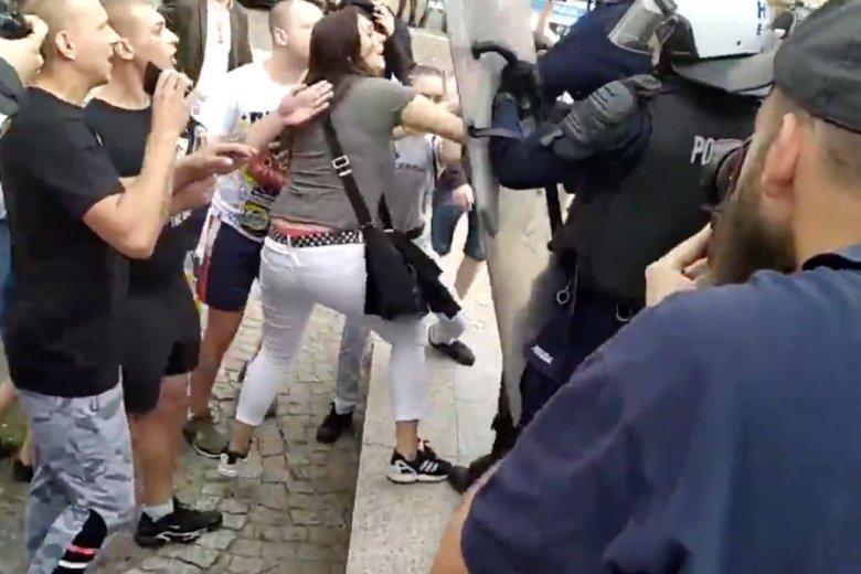 Na nagraniu z Marszu Równości w Płocku widać kobietę, która uderza policjanta.