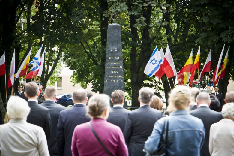 Białystok, pomnik Bohaterów Getta. Uroczystości w rocznicę wybuchu powstania w 2016 r.
