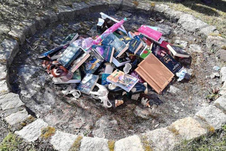 Księża podpalili stos książek.
