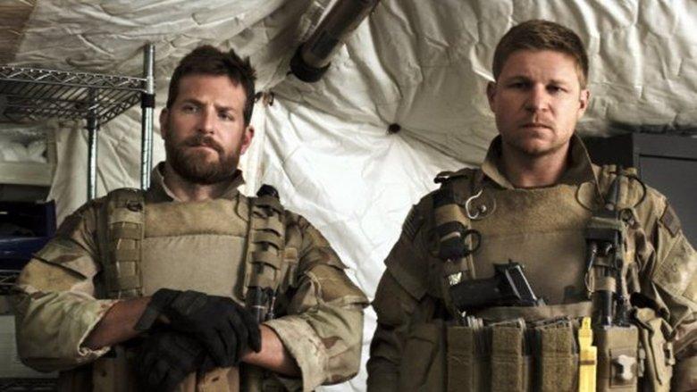 """Kevin Lacz wcielił się w samego siebie w wyreżyserowanym przez Clinta Eastwooda filmie """"Snajper"""". Na zdjęciu z prawej obok Bradleya Coopera, który wcielił się w Chrisa Kyle'a, legendarnego snajpera i przyjaciela Lacza"""