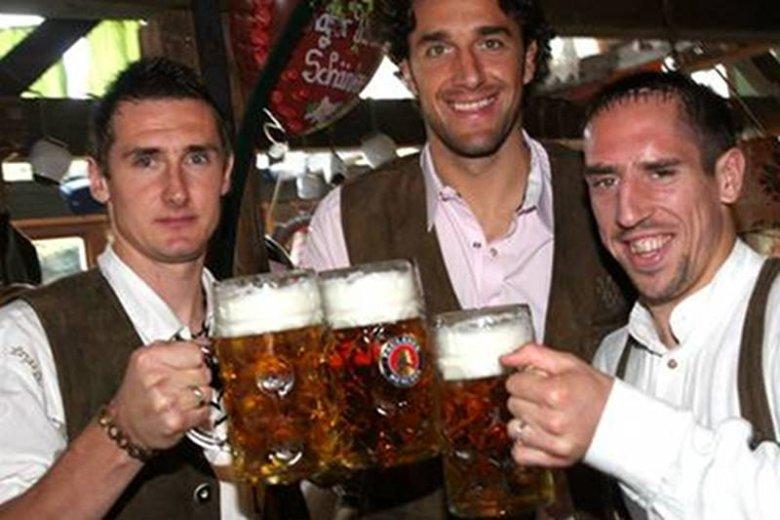 Piłkarze Bayernu Monachium w czasie Oktoberfest. Zdaniem Jana Chmury w tej chwili zatruwają swe organizmy