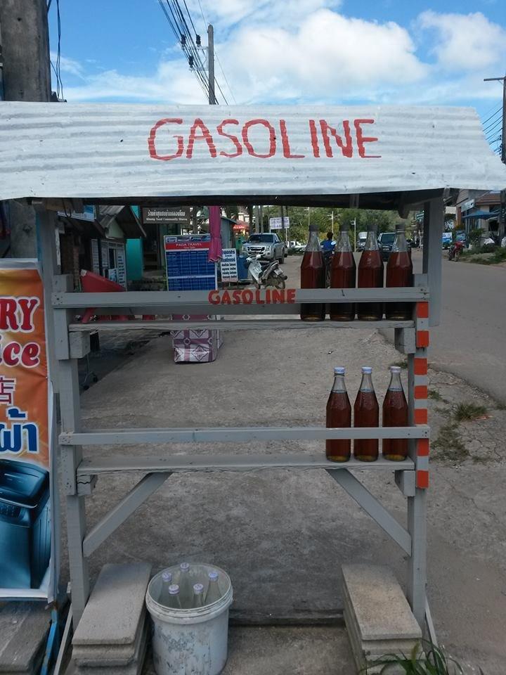 Benzyna... w butelkach.