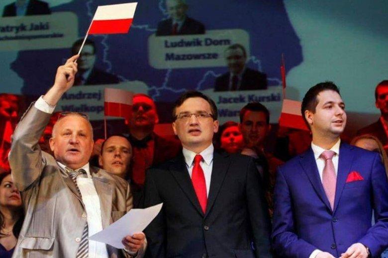 Nagranie, z którego pochodzi ten kadr rozpala media i polską scenę polityczną od wczorajszego wieczora. Jak naprawdę wyglądało spotkanie obecnie rządzących z antysemitą?